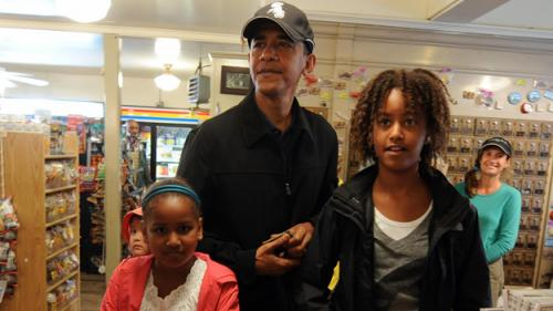 Obama's Daughters Join Family's Vineyard Vacation